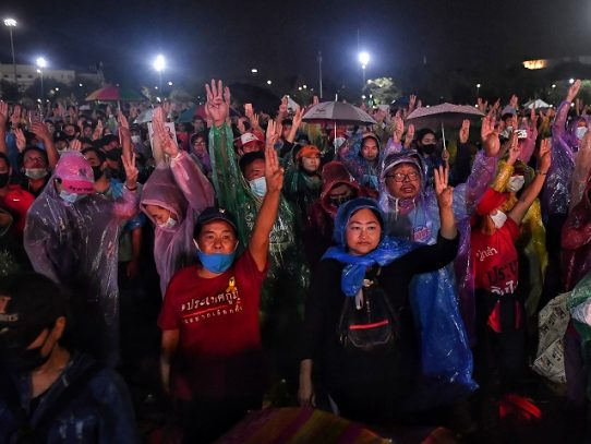 Miles de manifestantes en las calles de Bangkok contra el gobierno