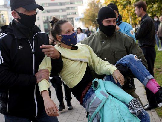 Policía bielorrusa detiene a centenares de mujeres durante protesta en Minsk