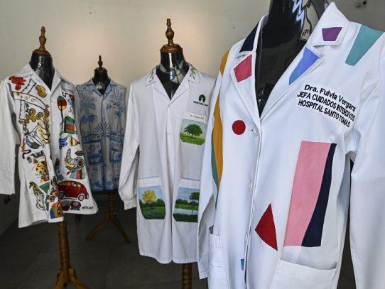 Batas médicas convertidas en arte durante la pandemia