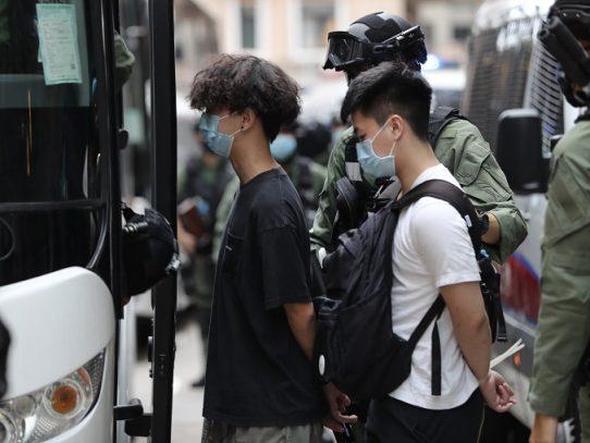 """Hong Kong celebra el """"retorno de la paz"""" pero detiene a decenas de personas"""