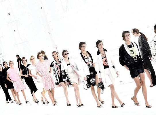 Luces, cámara, acción: Chanel vuelve a los desfiles con mayúsculas