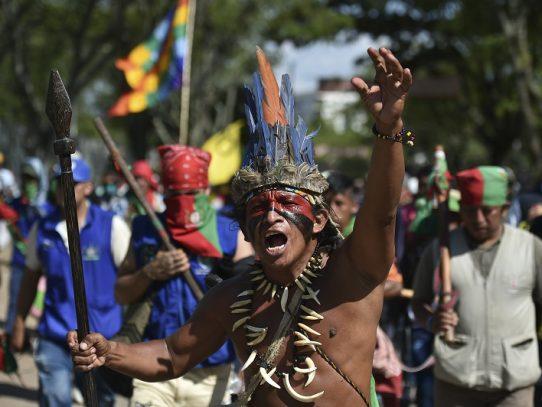 Miles de indígenas se movilizan para exigir cese de la violencia en Colombia