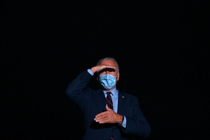"""Biden insta al uso de tapabocas insistiendo en que """"no es un gesto político"""""""
