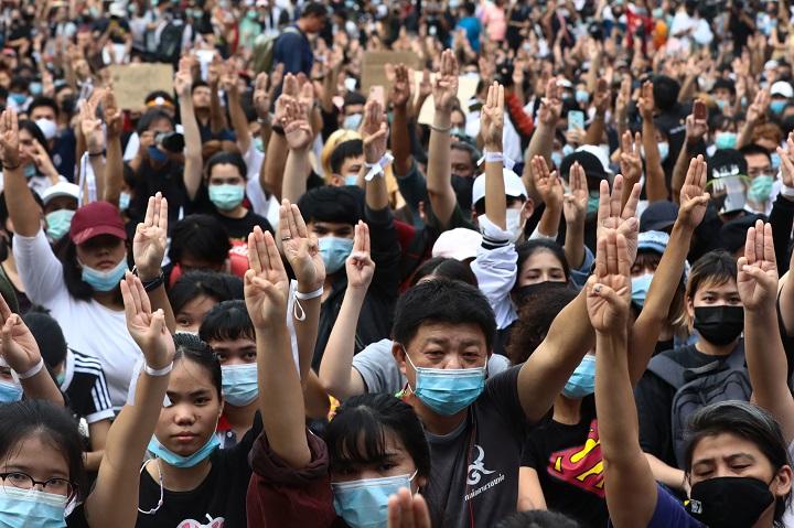 """El saludo de tres dedos, de """"Los Juegos del Hambre"""" a símbolo de las protestas en Tailandia"""