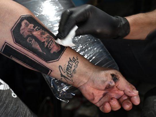Llevar a Maradona en la piel, homenaje al ídolo en su 60 cumpleaños