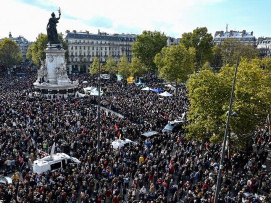 Multitudinarias manifestaciones en Francia en homenaje al profesor decapitado