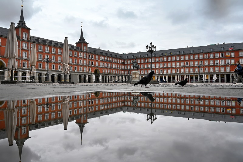 Gobierno español decreta estado de alarma y toque de queda nocturno