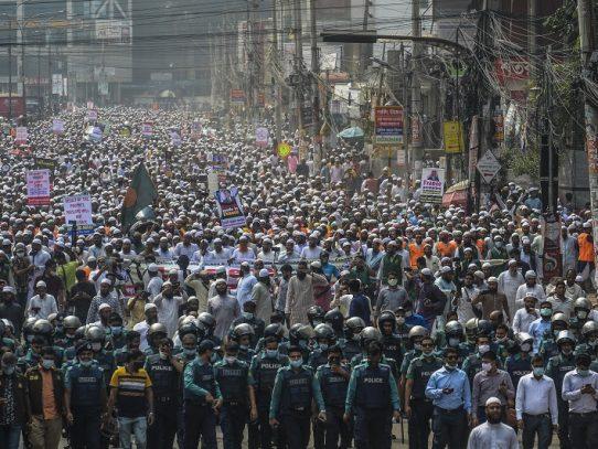 Decenas de miles de personas se manifiestan contra Francia en Bangladés
