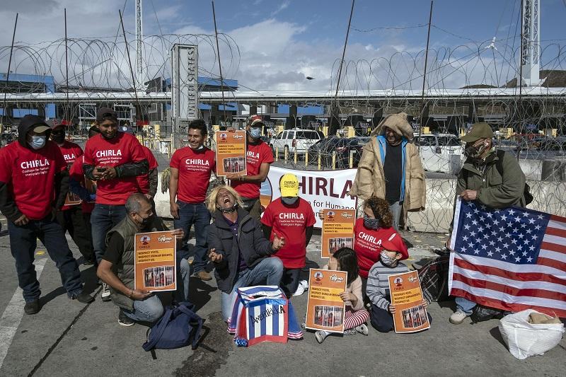 Migrantes celebran en frontera de México y EE.UU. el triunfo de Biden