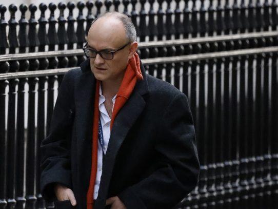 El asesor más poderoso y controvertido de Boris Johnson deja el gobierno