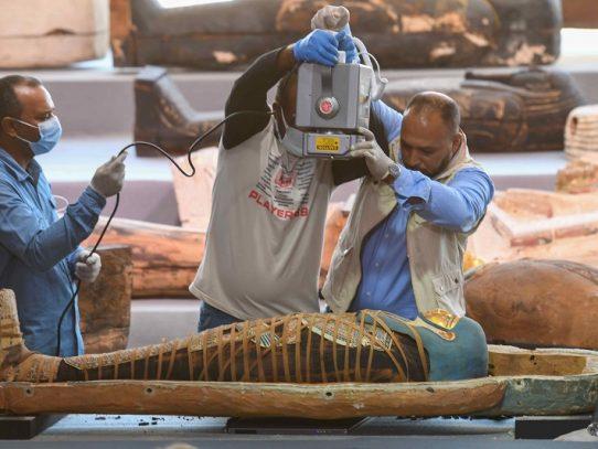 """Descubrimiento de más de cien sarcófagos intactos en Egipto, un verdadero """"tesoro"""""""
