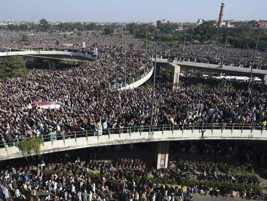 Una impresionante multitud acude a funeral de clérigo radical en Pakistán