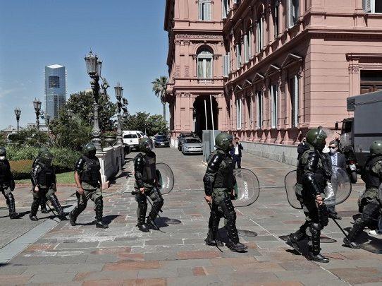 Incidentes en Casa Rosada obligan a trasladar féretro de Maradona hacia otro salón