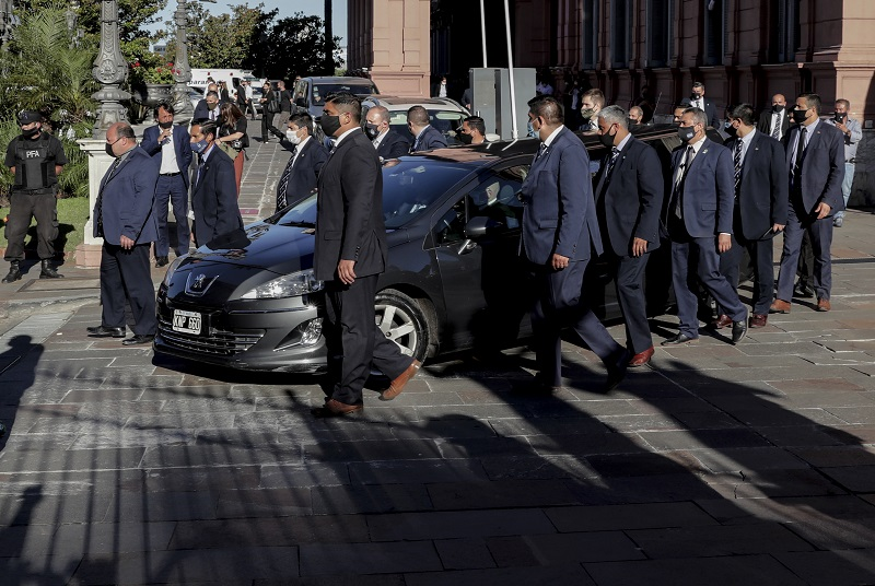 Miles de personas saludan cortejo fúnebre de Maradona en camino al cementerio
