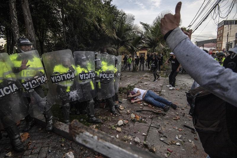 Cinco muertos en protestas por muerte de un hombre en agresión policial en Bogotá