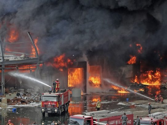 Gran incendio en el puerto de Beirut, semanas después de la devastadora explosión