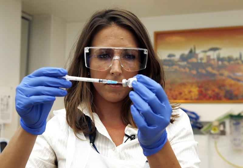 Proyecto de vacuna contra la covid-19 de universidad de Oxford ofrecería el doble de protección