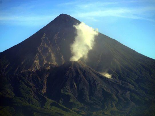 Guatemala vigila aumento de actividad eruptiva de volcán Santiaguito