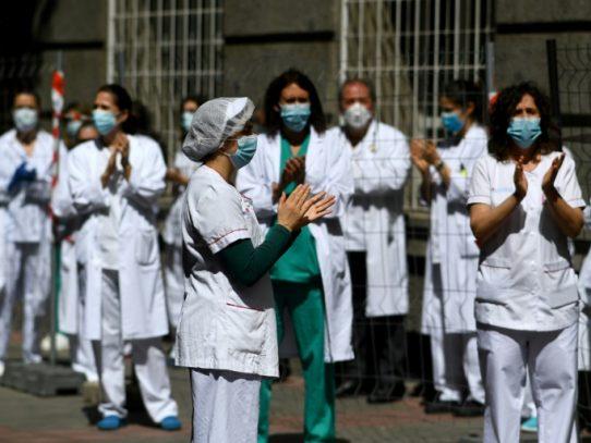 Homenaje de doctores a enfermeros y auxiliares en las UCI de España