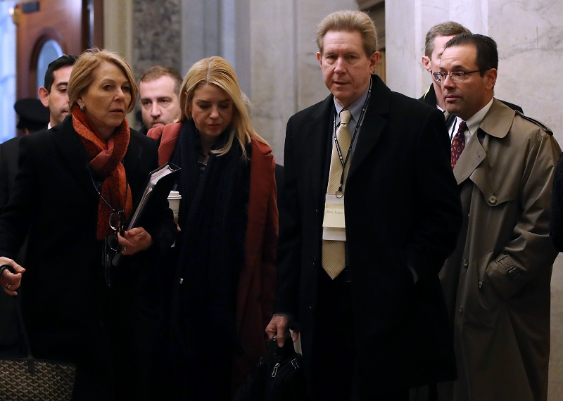 Crece presión sobre Trump en jornada de cierre de su defensa en el Senado