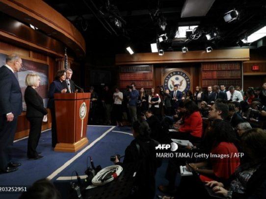 Senado de EEUU rechaza citar a testigos en el juicio político contra Trump