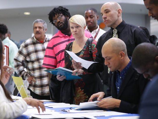 Explotan pedidos semanales de subsidios por desempleo en EEUU por Covid-19