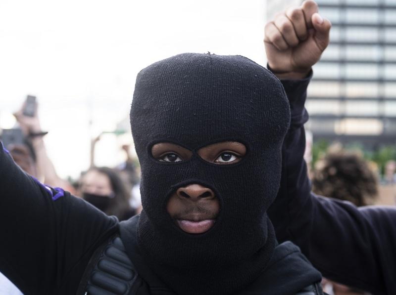 """Trump advierte que parará """"en seco"""" a saqueadores mientras siguen las protestas contra el racismo"""