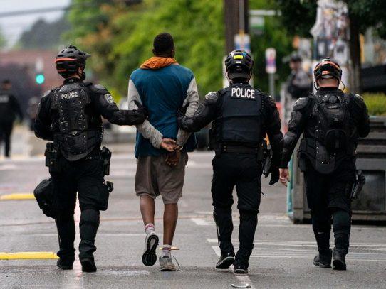 Policía desaloja a manifestantes que ocupaban espacio público en Seattle, EE.UU.