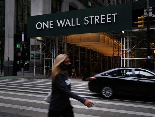 Wall Street abre a la baja tras semana de récords