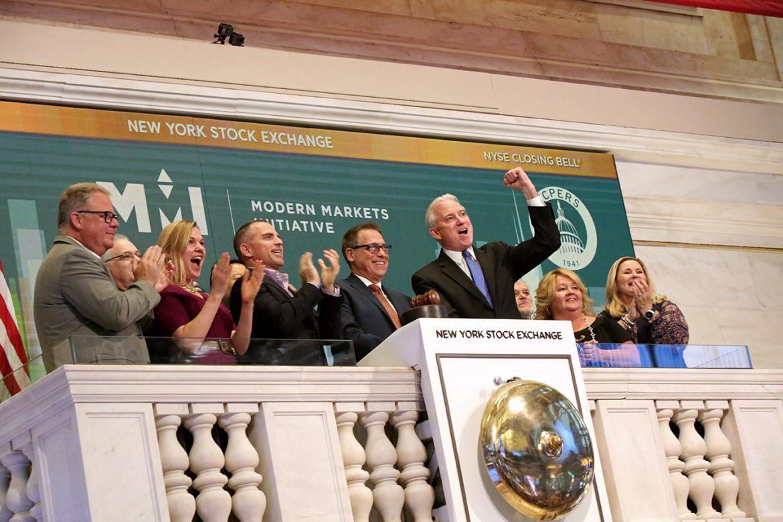 En Wall Street el Dow Jones termina por encima de los 30,000 puntos