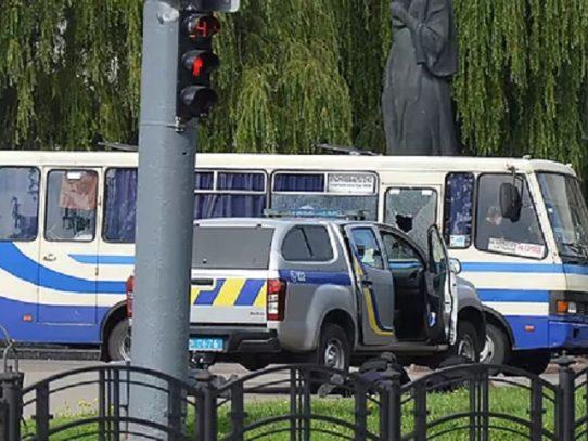 """Hombre armado retiene como rehenes a """"una veintena"""" de pasajeros de autobús en Ucrania"""