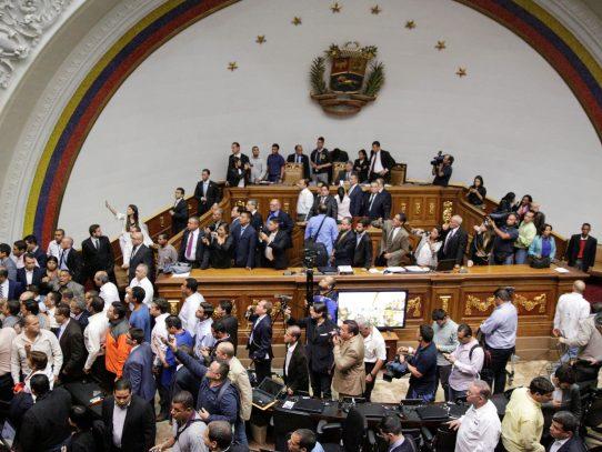 Parlamento venezolano debate juicio político a presidente Maduro