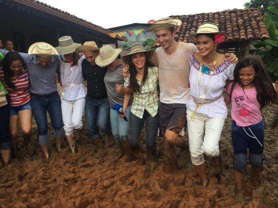 "Miss Universo degustó pan de la Arena y participó de tradicional ""embarra"" en Chitré"
