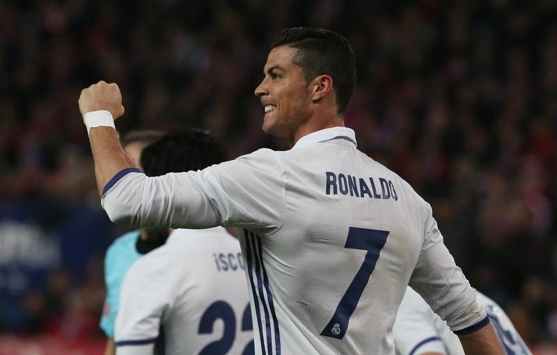 Real Madrid golea 3-0 al Atlético en el derbi con una tripleta de Ronaldo