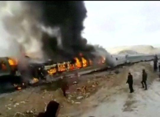 Colisión de trenes de pasajeros en Irán deja 44 muertos y 103 heridos