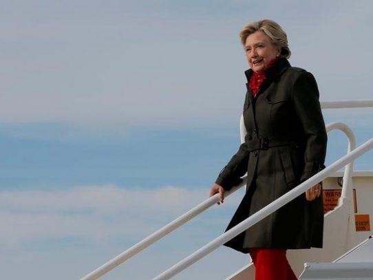 Campaña de Clinton aumenta presión sobre director del FBI por detalles de correos