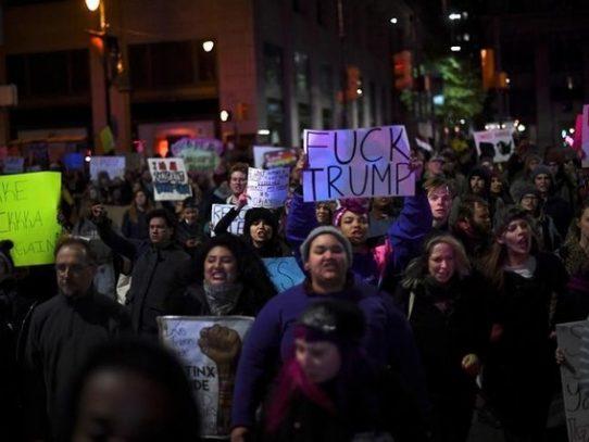Manifestantes estadounidenses marchan contra presidente electo de EEUU, Donald Trump