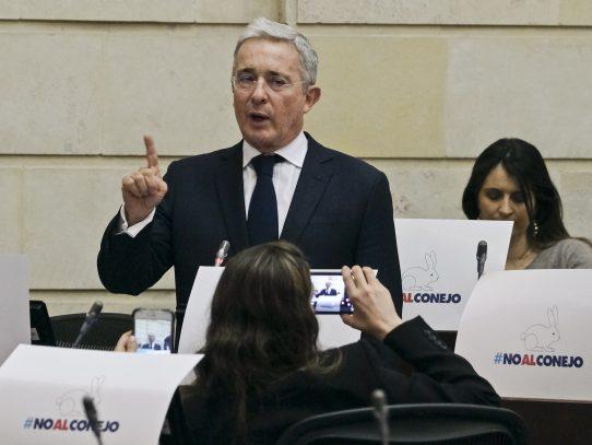 Expresidente Uribe, en prisión domiciliaria, renuncia al Senado de Colombia