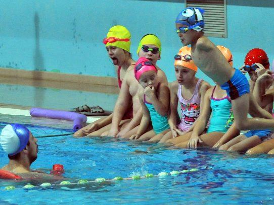 Niños con discapacidad nadan en Bosnia contra la indiferencia