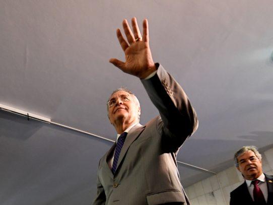 Senado de Brasil desobedece a la Corte Suprema y mantiene a Calheiros como presidente