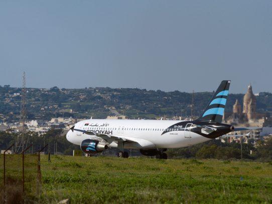 Mujeres y niños de avión libio secuestrado fueron liberados