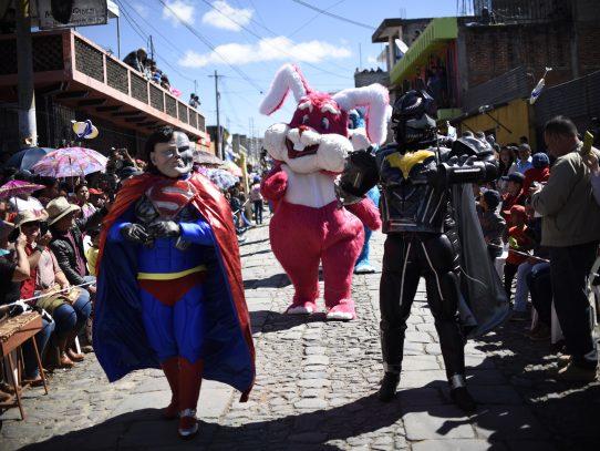 """""""Batman"""" y """"Superman"""" bailan en pueblo maya de Guatemala para despedir el año"""
