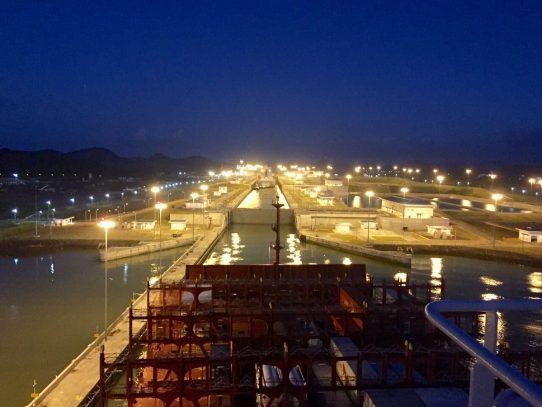 Megabuque transita, a esta hora, el Canal de Panamá
