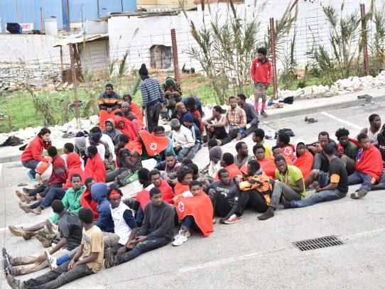 Unos 400 migrantes fuerzan valla de Ceuta en frontera entre Marruecos y España
