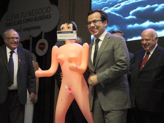 Regalan una muñeca inflable a ministro de Economía chileno