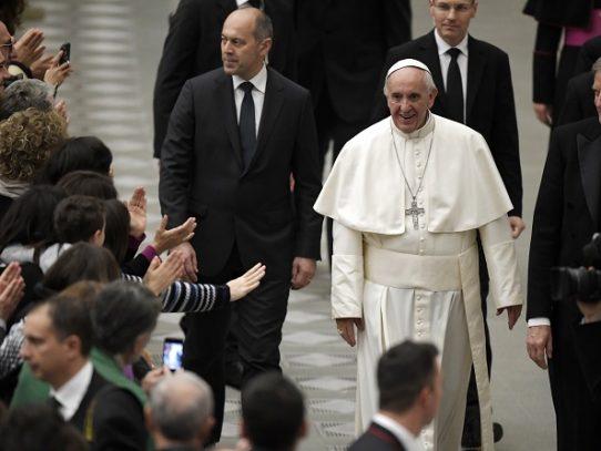 Papa Francisco quiere ofrecer puestos claves en la Curia a laicos y mujeres