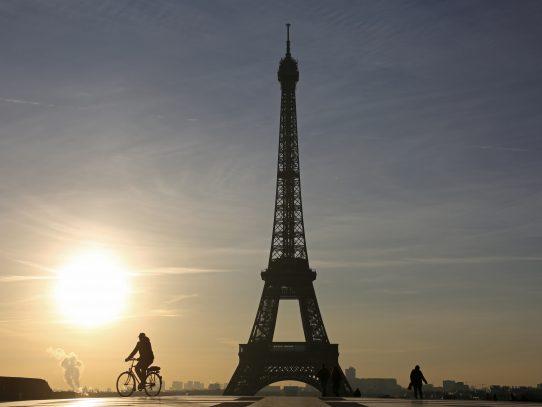 La torre Eiffel apagará esta noche sus luces en apoyo a Alepo