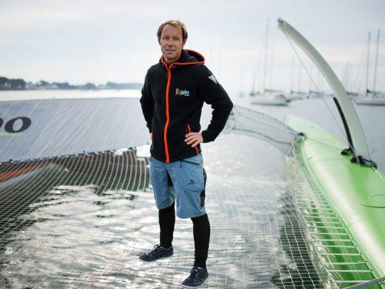 El francés Thomas Coville bate récord de vuelta al mundo a vela en solitario