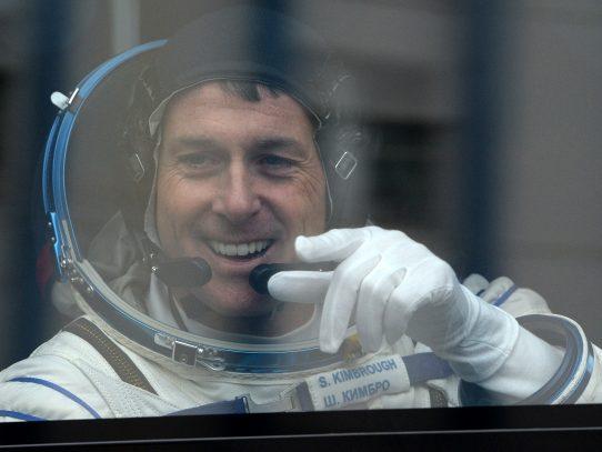 Astronautas de Francia y Estados Unidos inician caminata espacial