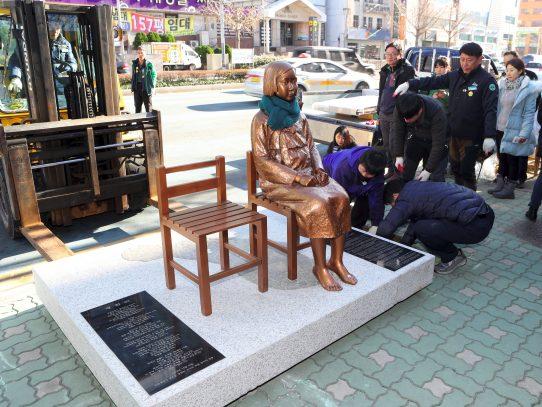 """Japón llama a su embajador por monumento a """"mujeres de consuelo"""""""